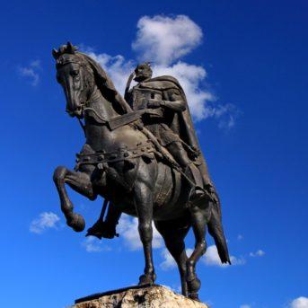 Statua di Cavaliere, Tirana