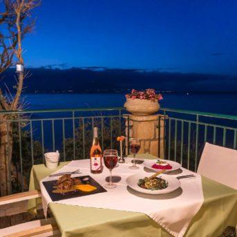 Tavolo esterno notte, Erietta Luxury appartamenti Zante